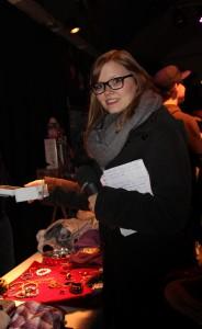 Romina Ay stöbert auf dem Nachtflohmarkt