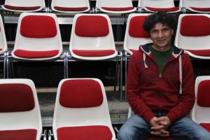 Der Intendant Mahmut Canbay auf einem der Publikumsplätze
